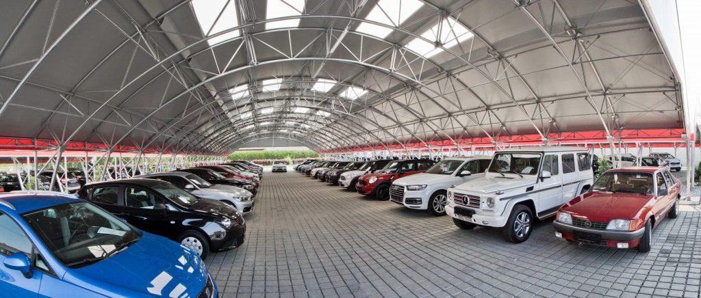 Parkplatzüberdachungen für Autohändler