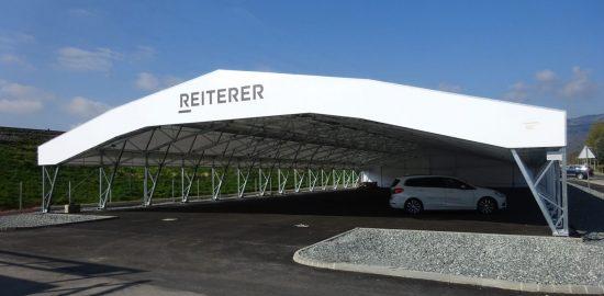 Überdachter Parkplatz für den Verkauf von Fahrzeugen